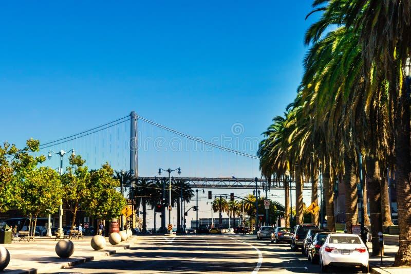 Calle de la ciudad de San Francisco Opinión de la calle de la plaza de Embarcadero al San Francisco Oakland Bay Bridge imagen de archivo libre de regalías