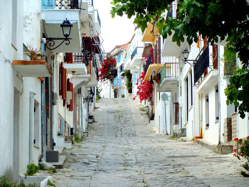 Calle de la ciudad de Skiathos, Grecia. imágenes de archivo libres de regalías