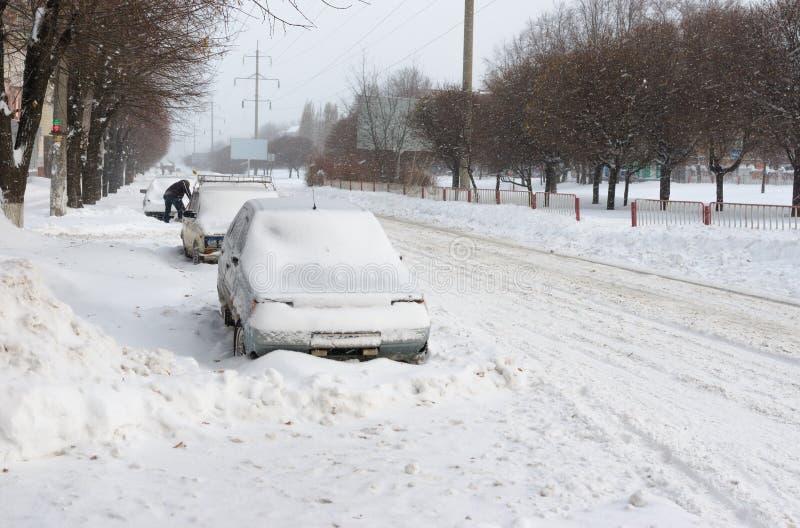 Calle de la ciudad después de una tormenta de la nieve fotos de archivo libres de regalías