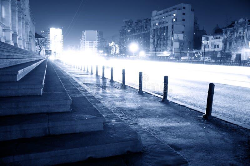 Calle de la ciudad en la noche imagenes de archivo