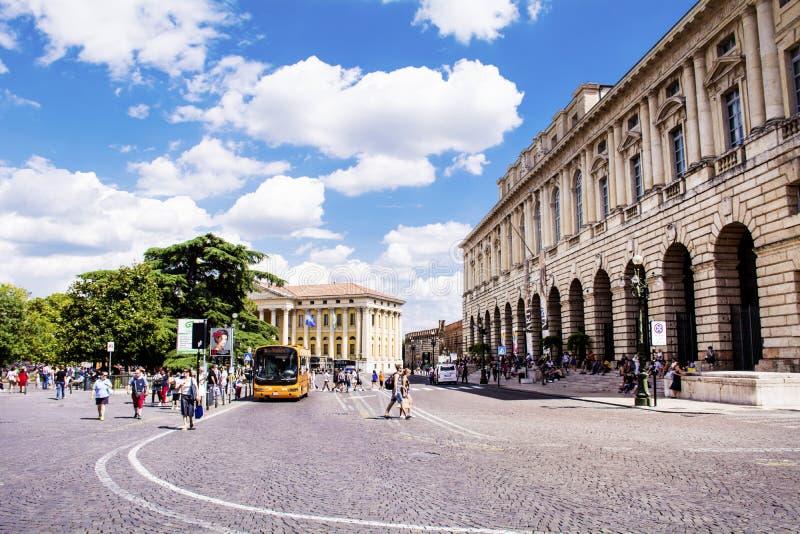Calle de la ciudad en Nimes, Francia imagen de archivo