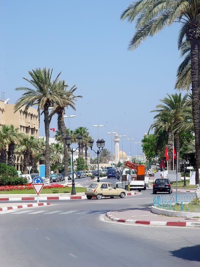 Download Calle De La Ciudad De Monastir Con Las Palmeras Y Los Alminares Foto de archivo - Imagen de árabe, indicador: 100533362