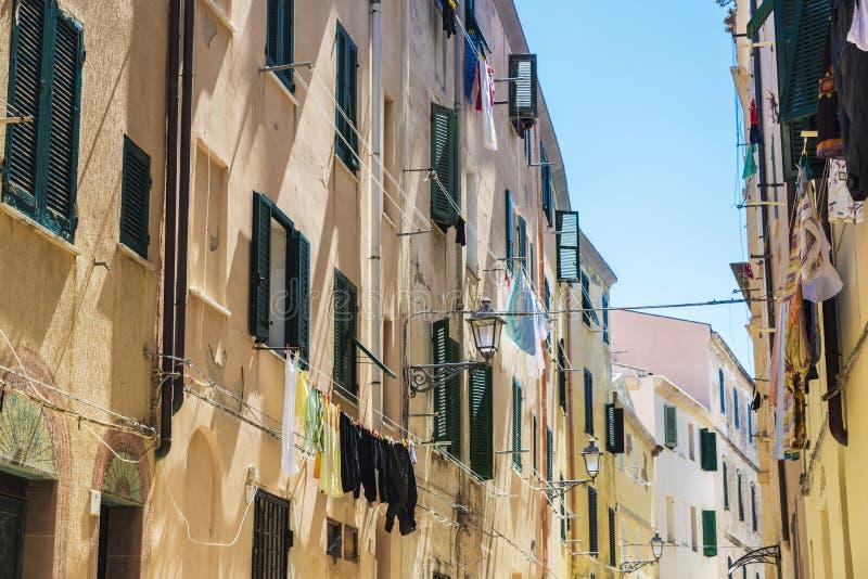 Calle de la ciudad vieja de Alghero, Cerdeña, Italia fotos de archivo libres de regalías