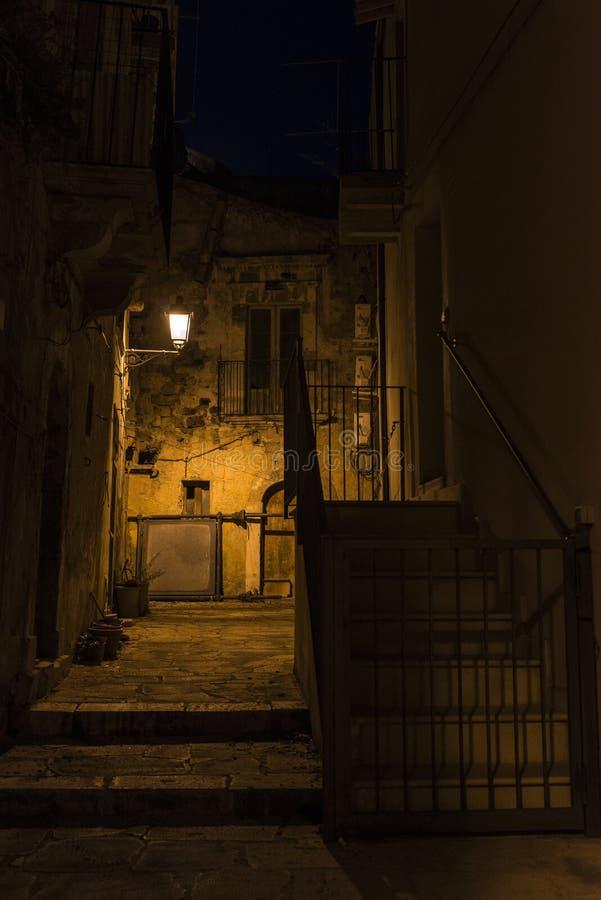 Calle de la ciudad vieja en la noche en Ragusa, Sicilia, Italia fotos de archivo