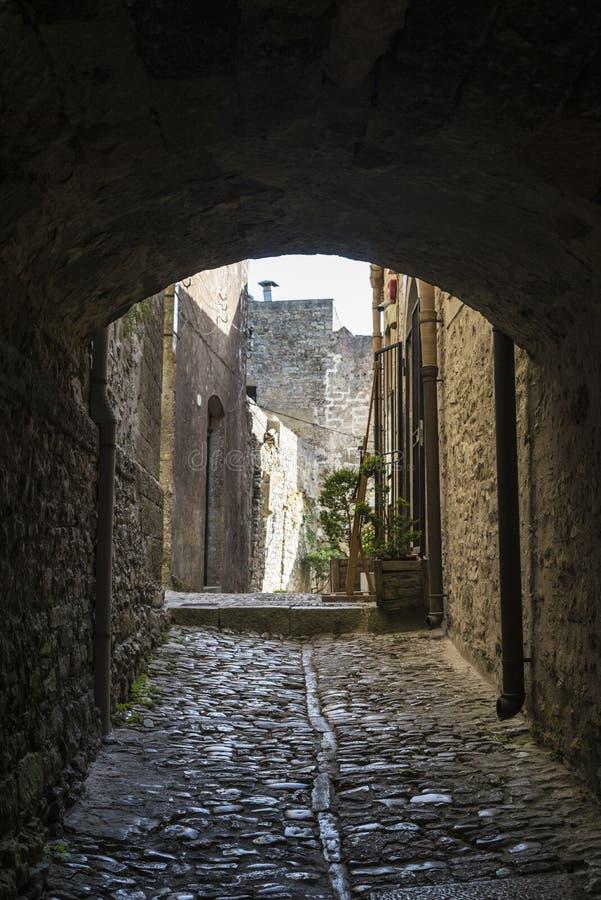 Calle de la ciudad vieja de Erice, Sicilia, Italia foto de archivo