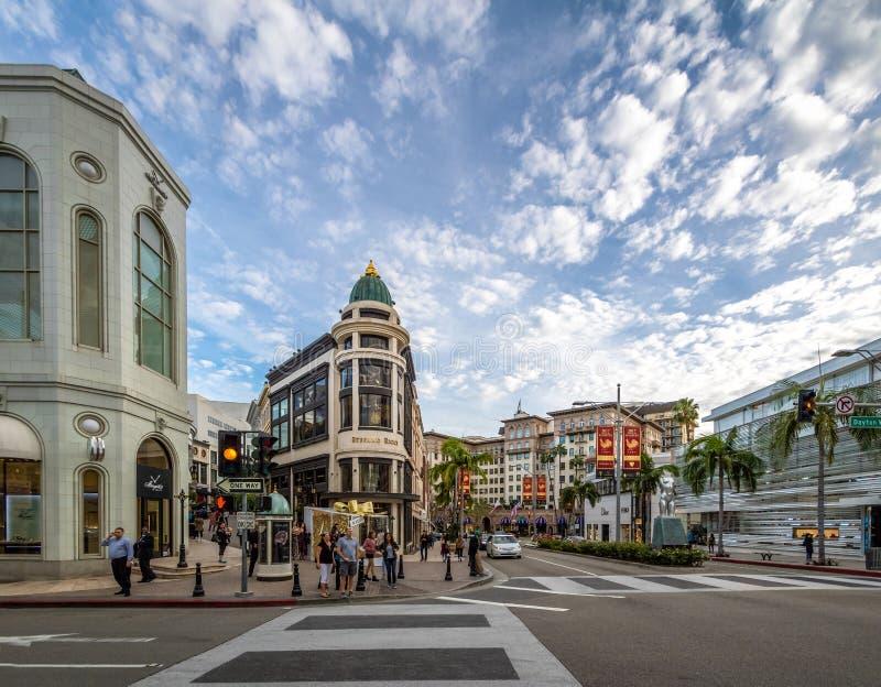 Calle de la impulsión del rodeo con las tiendas en Beverly Hills - Los Ángeles, California, los E.E.U.U. imagen de archivo libre de regalías