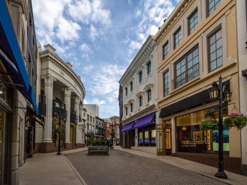 Calle de la impulsión del rodeo con las tiendas en Beverly Hills - Los Ángeles, California, los E.E.U.U. foto de archivo libre de regalías