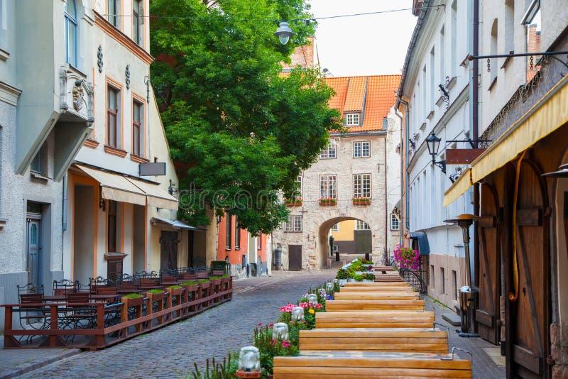 Calle de la mañana en la ciudad vieja de Riga, Letonia foto de archivo