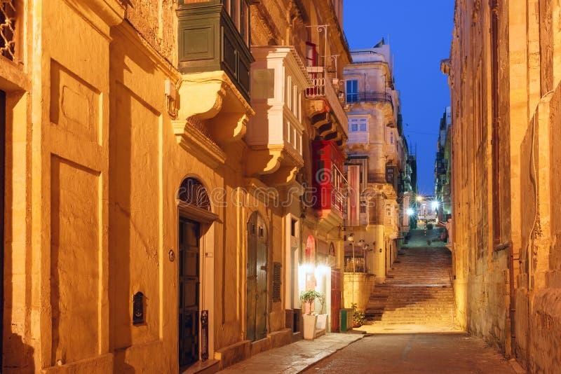 Calle de la noche en la ciudad vieja de La Valeta, Malta fotos de archivo libres de regalías