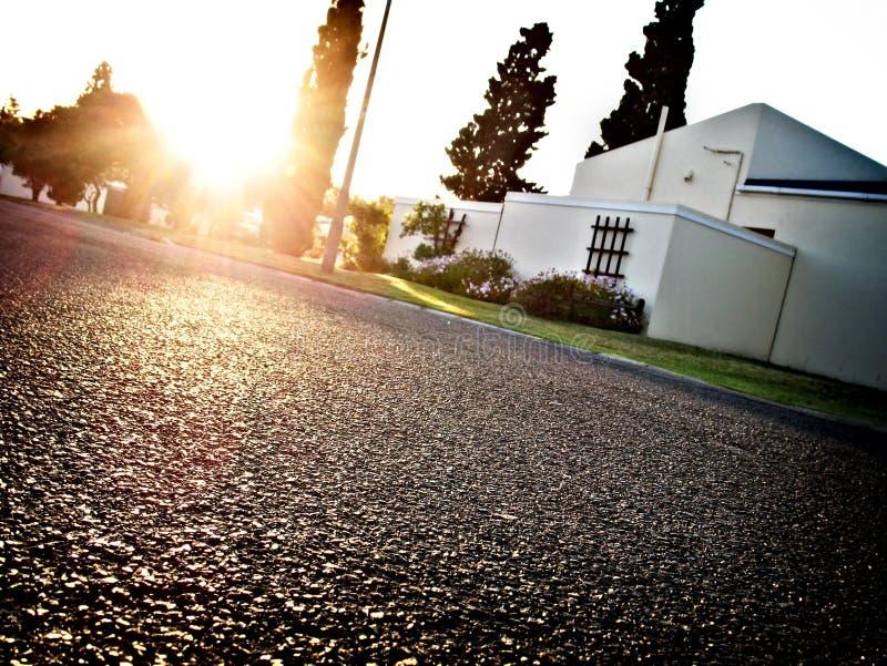 Calle de la vecindad en la salida del sol imágenes de archivo libres de regalías