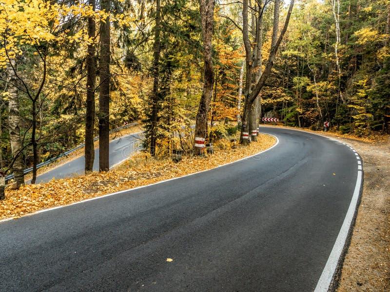 Calle de las cien curvas en el Parque Nacional de las Montañas de la Mesa, Polonia imagenes de archivo