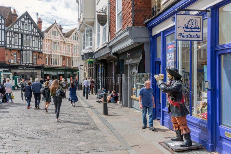 Calle de las compras con la gente en el centro de la ciudad Cantorbery histórica vieja CIT foto de archivo libre de regalías