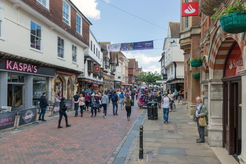 Calle de las compras con la gente en el centro de la ciudad Cantorbery histórica vieja CIT fotografía de archivo libre de regalías
