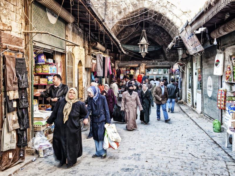 Calle de las compras del mercado de Souk en la ciudad vieja de Alepo Siria foto de archivo libre de regalías