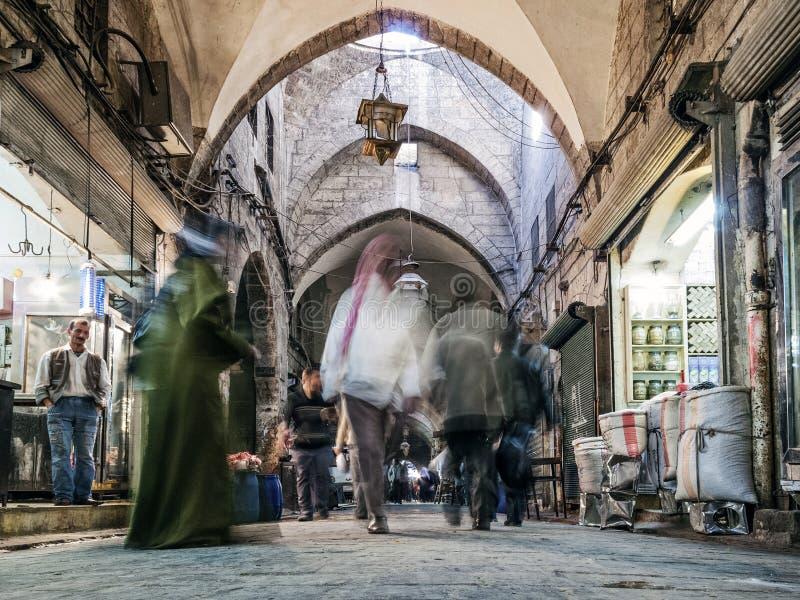 Calle de las compras del mercado de Souk en la ciudad vieja de Alepo Siria fotografía de archivo
