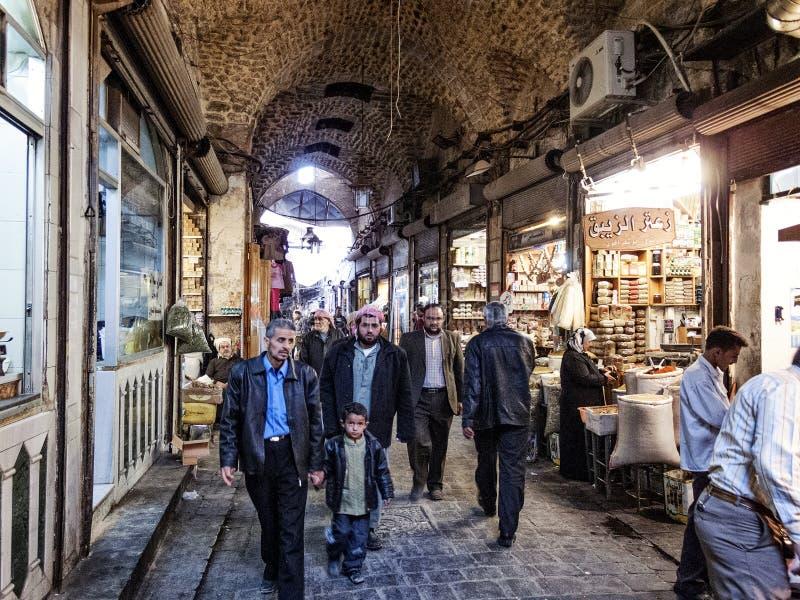 Calle de las compras del mercado de Souk en la ciudad vieja de Alepo Siria imagen de archivo libre de regalías