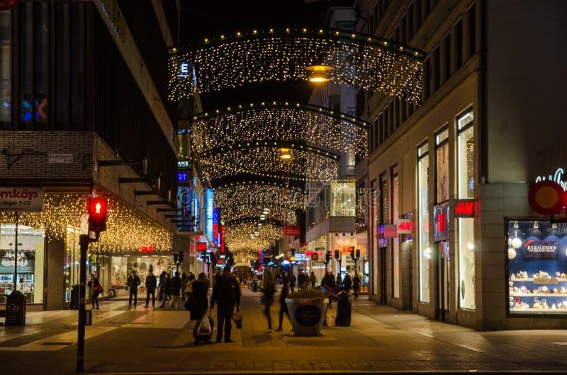 Calle de las compras en Estocolmo por tiempo de la Navidad fotos de archivo