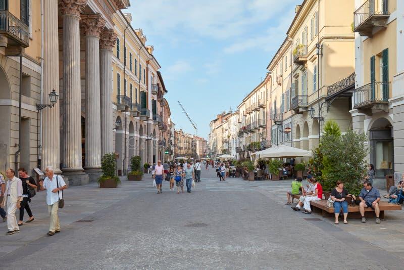 Calle de las compras vía Roma con caminar de la gente y edificios históricos en Cuneo, Italia foto de archivo
