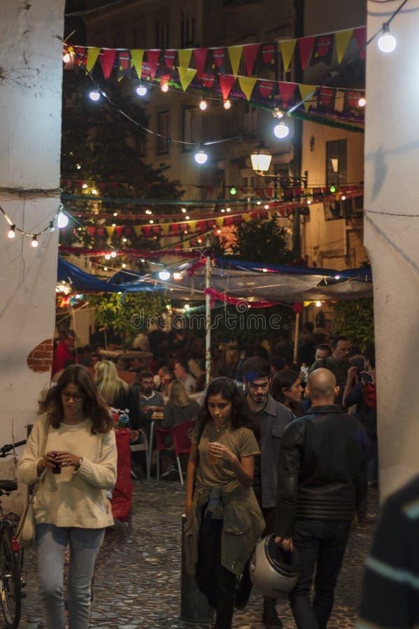 Calle de Lisboa con la decoración del día de fiesta durante festival popular de los santos imagen de archivo
