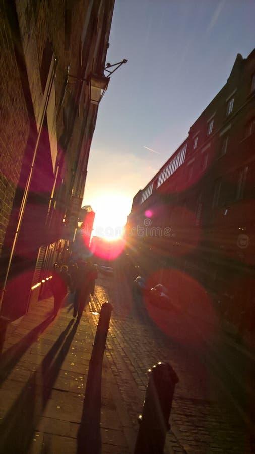 Calle de Londres en la puesta del sol fotos de archivo