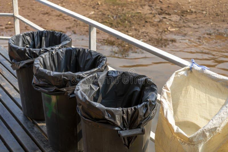 Calle de los compartimientos de basura del compartimiento que recicla la basura in?til foto de archivo libre de regalías