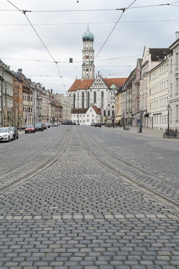 Calle de Maximiliano con St Ulrich y Afra de la iglesia en Augsburg fotos de archivo