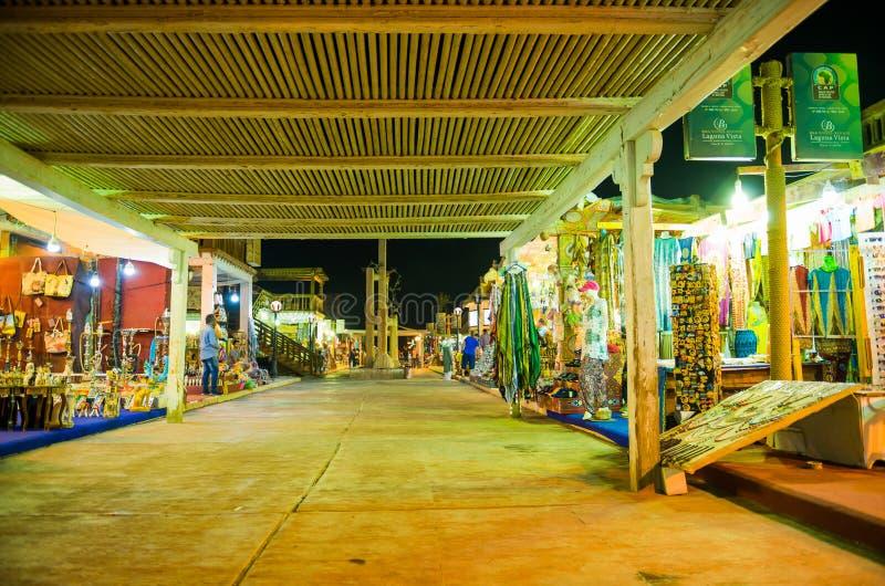 Calle de mercado de la noche en tiendas foto de archivo libre de regalías