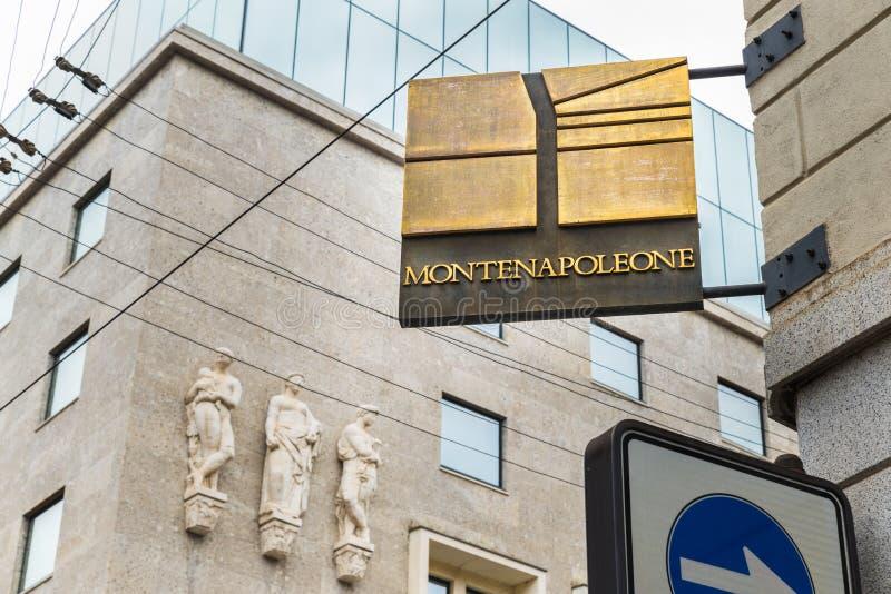 Calle de Montenapoleone en el centro de Milán, Italia, una de las áreas más lujosas de la ciudad, con muchas tiendas famosas imágenes de archivo libres de regalías