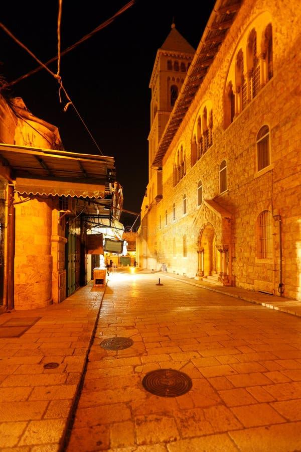 Calle de Muristan cerca de la catedral de Santo Sepulcro en la noche, Jerusale imagenes de archivo
