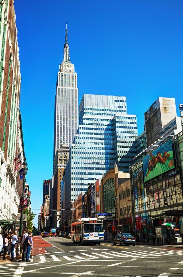 Calle de Nueva York con el Empire State fotografía de archivo libre de regalías