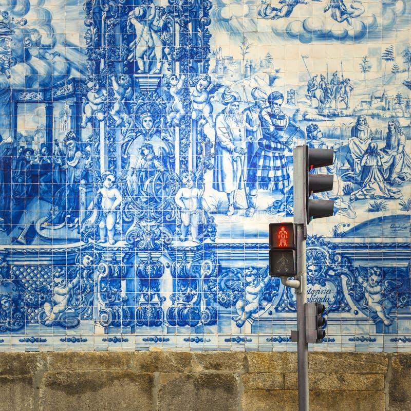 Calle de Oporto, adornada con las tejas de los azulejos imagen de archivo