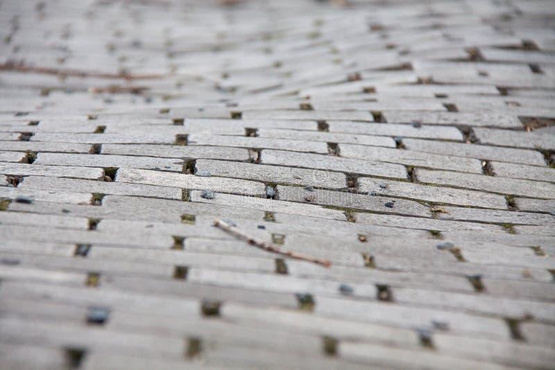 Calle de piedra del pavimento de las piedras de pavimentación desiguales foto de archivo libre de regalías