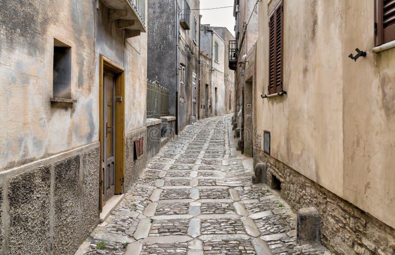 Calle de piedra estrecha típica en el centro histórico medieval de Erice, provincia de Trapan en Sicilia fotos de archivo