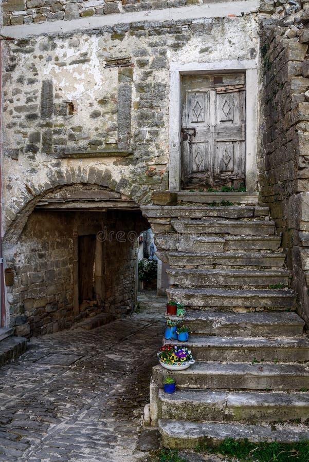 Calle de piedra vieja de la ciudad en Oprtalj, Istria, Croacia fotos de archivo