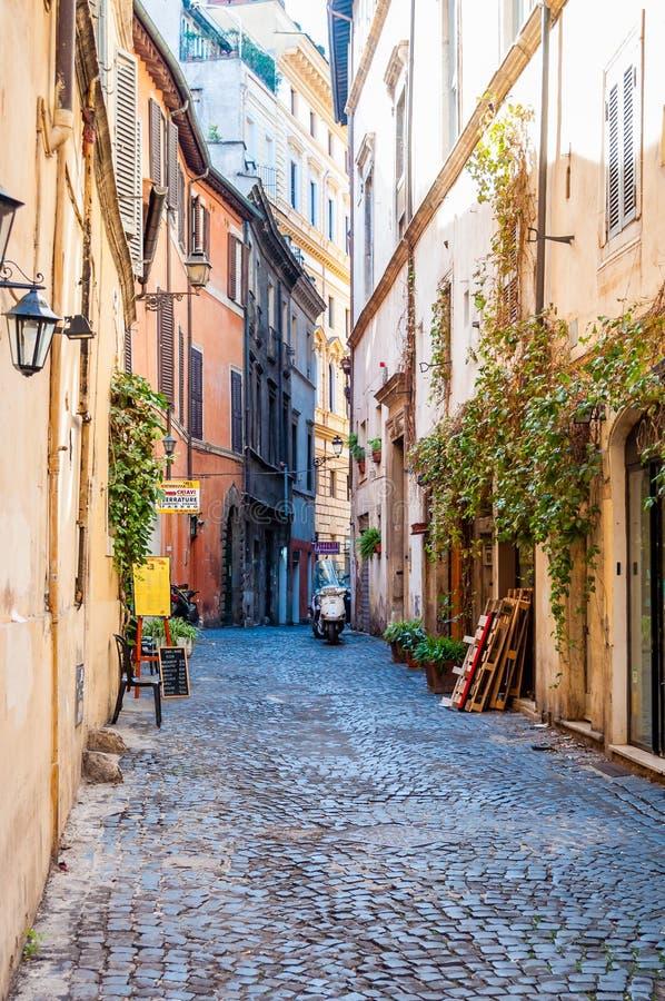 Calle de piedra vieja medieval antigua estrecha acogedora de pavimentación de la ciudad con las fachadas demasiado grandes para s fotografía de archivo libre de regalías