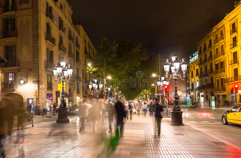 Calle de Rambla del La en la noche en Barcelona imagen de archivo