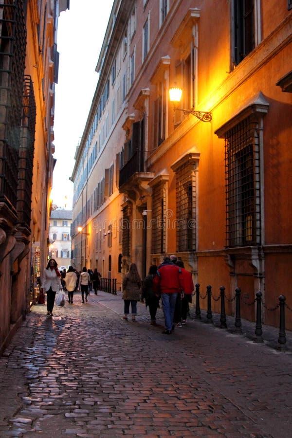 Calle de Roma en la noche imagen de archivo