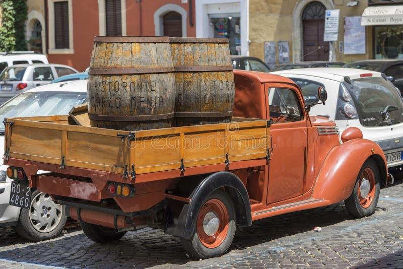 Calle de Roma, Italia Camión de reparto antiguo foto de archivo