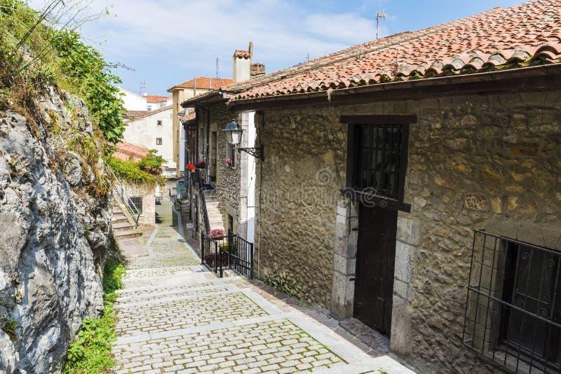Calle de San Vicente de la Barquera, España foto de archivo libre de regalías