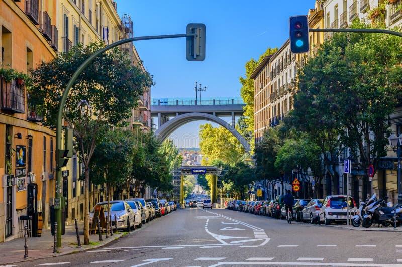 Calle de Segovia avec vue sur le Puente De Ségovie à Madrid image libre de droits