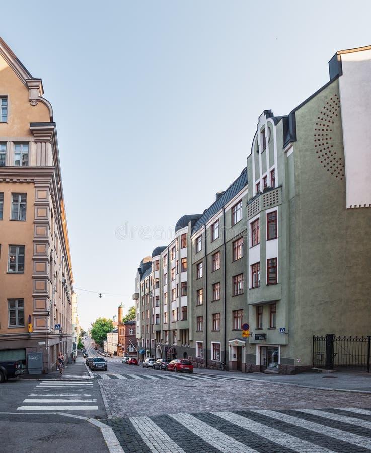 Calle de Snellmaninkatu con su vieja arquitectura hermosa en el centro histórico de Helsinki, Finlandia imagenes de archivo