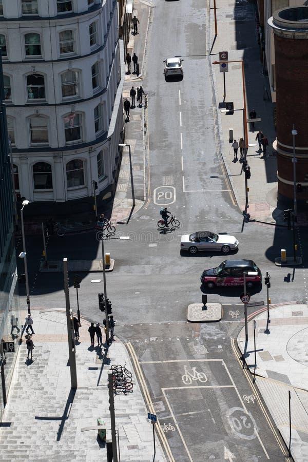 Calle de Sumner y calle de Price's en Londres Visi?n desde la tapa Coches, ciclistas y peatones imagen de archivo
