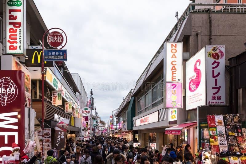 Calle de Takeshita en el distrito de Harajuku de Tokio, Japón fotos de archivo libres de regalías