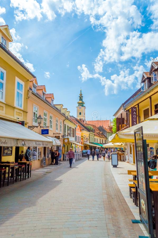 Calle de Tkalciceva de la visita de la gente Es una zona peatonal en Zagreb en el centro de la ciudad alineada con los restaurant foto de archivo