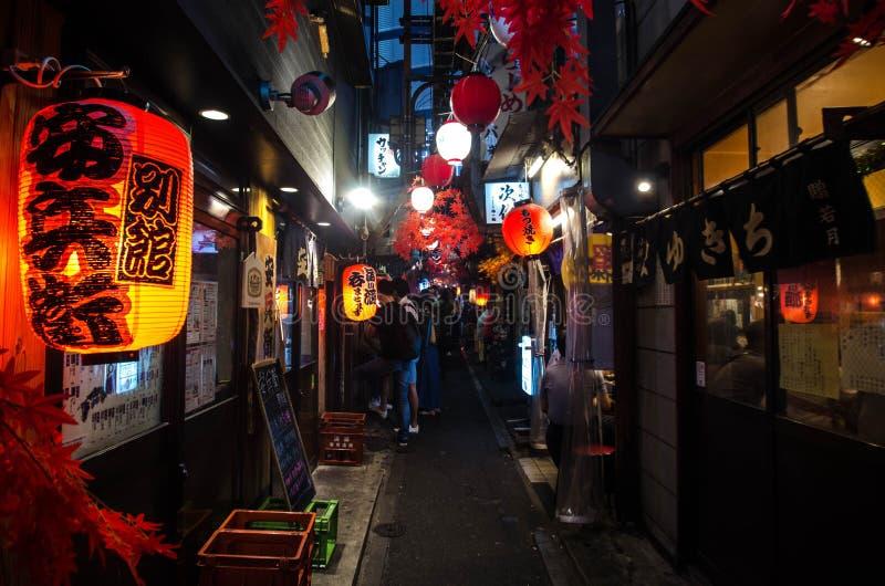 Calle de Tokio con restaurantes, Japón fotos de archivo libres de regalías