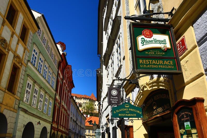 Calle de Tomasska, el palacio de Wallenstein, que fue establecido como el asiento del senado del parlamento de la República Checa imagenes de archivo