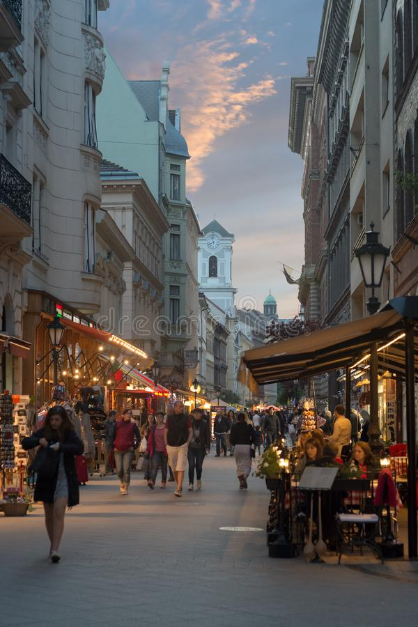 Calle de Vaci en la opinión de la noche de Budapest fotos de archivo libres de regalías