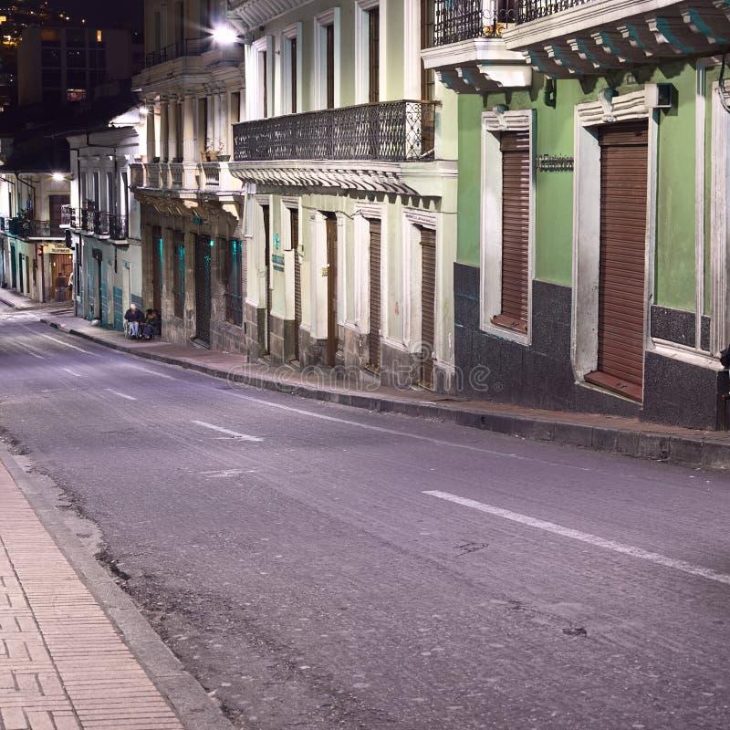 Calle de Venezuela en el centro de ciudad en la noche en Quito, Ecuador imagen de archivo libre de regalías