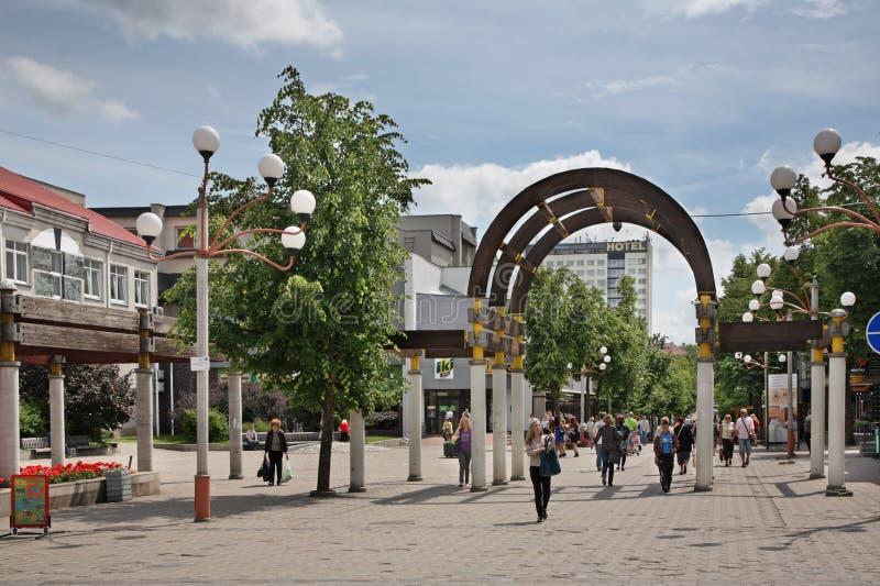 Calle de Vilniaus en Siauliai lituania fotos de archivo