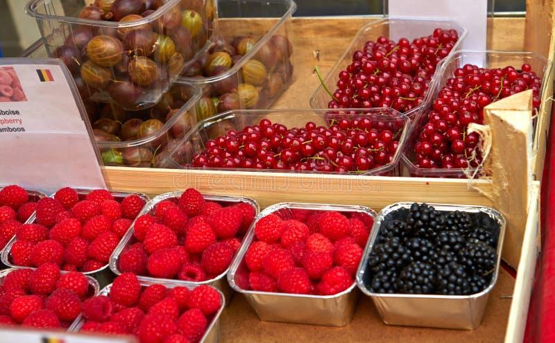 Calle del bazar en Bruselas con las frutas exóticas fotografía de archivo libre de regalías